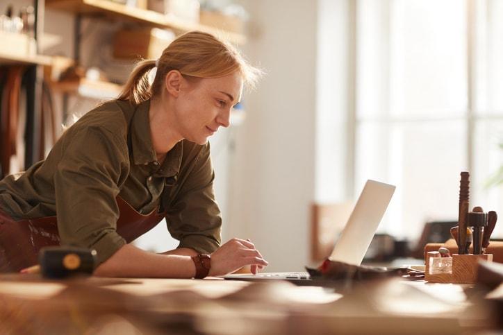2019-11_Advantage_blogs_small-business-saturday_woman-min